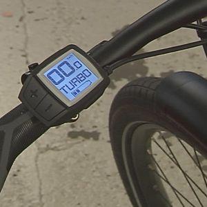 """Elektronisk liten ruta på elcykelns styre där det står effekten """"turbo""""."""