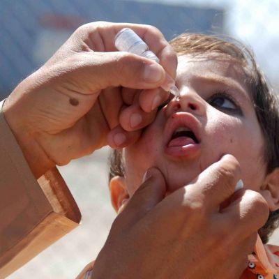 Pakistanilaistyttö sai poliorokotteen Chamanissa, lähellä Afganistanin rajaa 22. toukokuuta 2015.