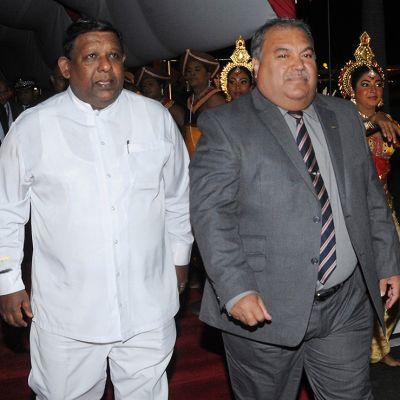 Naurun presidentti Baron Divavesi Waqa (oik).