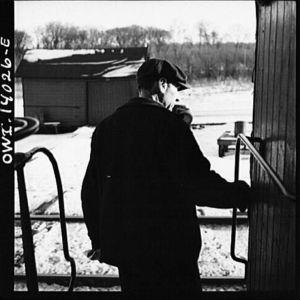 Mies tavarajunavaunussa katsoo ulos raiteille, 1943