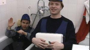 Jakke ja Sepi korjaavat leivänpaahdinta kylpyammeessa.