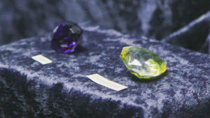 Hope och Florentine diamanterna. Hope diamanten har fört med sig otur och sägs vara en av orsakerna till den franska revolutionen.