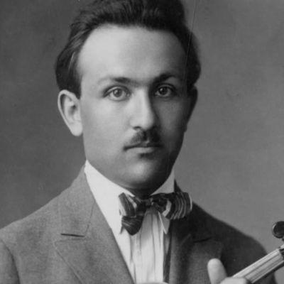 Nuori viulisti Boris Wolfson (myöh. Sirpo), Viipurin linna ja rautatieasema.
