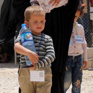 Fruar och barn till medlemmar i terrorisrörelsen IS på lägret al-Hol i Syrien i juni 2019. (Kvinnornas nationalitet är okänd).