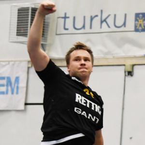 Andreas Nyström firar mål.