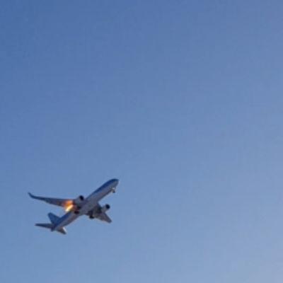 Det flammar till vid motorn på flygplanet. Bild: Tomas Österberg