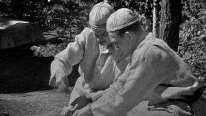 Tv-kokit Vanamo ja Kolmonen valmistavat ruokia leirikeittimellä ohjelmassa Kesäkeittiö.