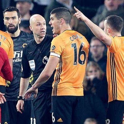 Wolverhampton och Liverpool diskuterar med domaren.