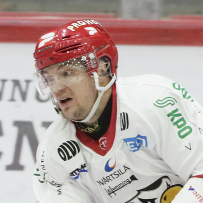 Olavi Vauhkonen glider på isen.