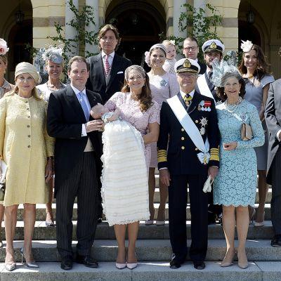 Chris O'Neillin ja Madeleinen lähisuku pariskunnan kanssa yhteiskuvassa kirkon ulkopuolla.