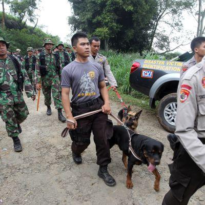 Indonesian poliisin joukot järjestäytyvät etsintäpartioiksi onnettomuuspaikan lähellä.