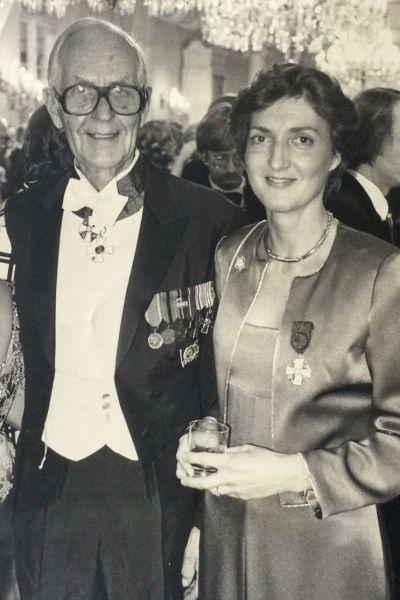 Ulla Tillander-Godenhielm och hennes far Herbert på presidentbal. De tittar båda glatt in i kameran. Svartvit bild från 1980.