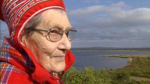 Inga Näkkäläjärvi Inarista, 85-vuotias saamelaisnainen, on elänyt nuoruutensa jutaavana saamelaisena, paimentolaisena.