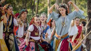 Shuvani Romani Kumpania tanssii Abbeyn keskiaikafestivaaleilla