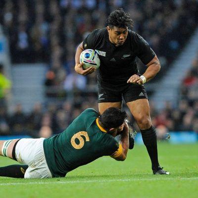 Uuden-Seelannin rugbymaajoukkueen Julian Savea rynnistää eteenpäin.