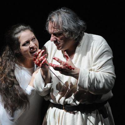 Lady Machbeth vierellään Macbeth, jonka käsissä on verta.
