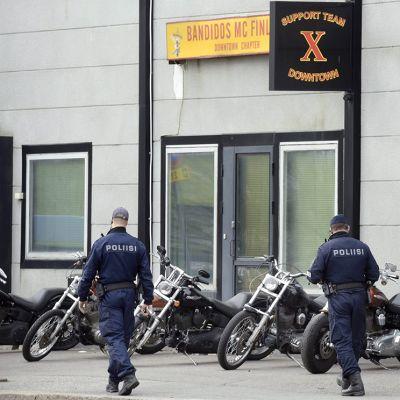 Poliisi ratsasi moottoripyöräjengi Bandidoksen kerhotiloja Helsingissä Kyläsaaressa tiistaiaamuna 12. toukokuuta.