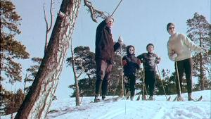 Nelihenkinen perhe hiihtämässä. Ohjelmasta Kaikki kerran talvilomalle, 1964.