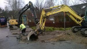 Sjundeå vattentjänstverk jobbar med att reparera ett läckage på Vargsvängen i centrum.