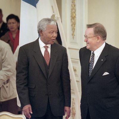 President Nelson Mandela och president Martti Ahtisaari träffades i Finland i mars 1999