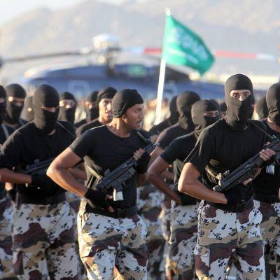 Saudisotilaita paraatissa saksalaisten Heckler&Koch -konepistoolien kanssa.