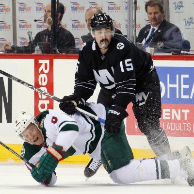 New York Islandersin Cal Clutterbuck taklaa Minnesota Wildin Mikko Koivua