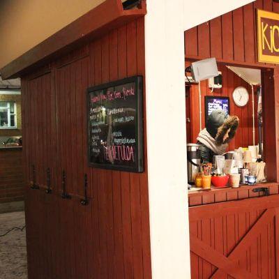 Prototyyppiä uudeksi Oulun joulutorin myyntikojuksi on testattu kahvilana.