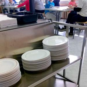 tallrikar i matsal
