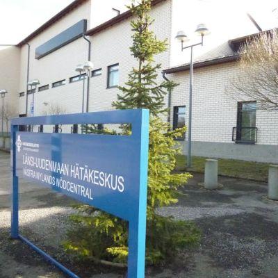 Nödcentralens byggnad i Lojo plus skylten.