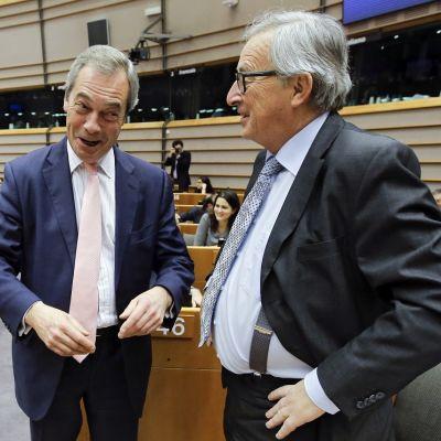 Hyväntuulinen Nigel Farage puhuu Jean-Claude Junckerille.
