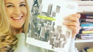Anne Hietanen med bok.
