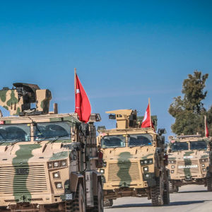 Ett turkiskt pansarfordon patrullerar nära gränsen till Syrien i mars 2019. Finland exporterar bland annat skydsstål till Turkiet.  Skyddsstålet används bland annat i pansarfordon som syns på bilden.