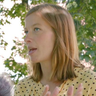 Li Andersson inför en mikrofon.