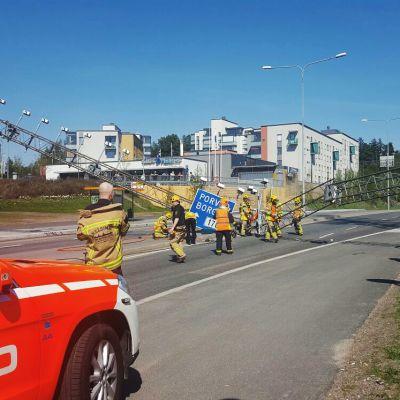 Suuri metallinen liikenneopaste on rysähtänyt alas keskelle Itäväylän kaistoja Mellunmäen kohdalla.