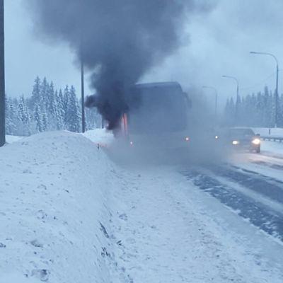 Linja-auto palaa moottoritiellä.
