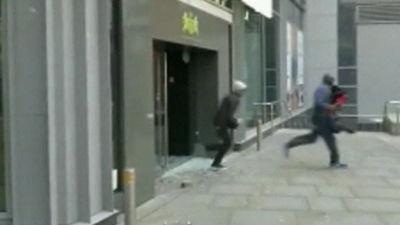 Unga stjäl varor under kravallerna i Manchester