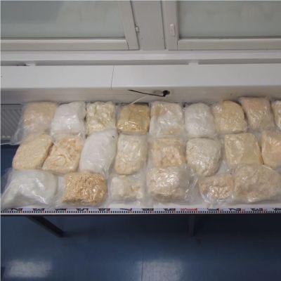 24 kg amfetamin i plastpåsar på ett vitt bord.