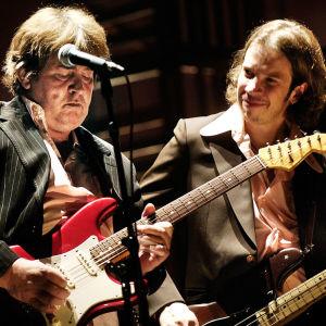 Mick Taylor som spelade med Rolling Stones på 70-talet på scenen med Robban Hagnäs från Wentus Blues Band