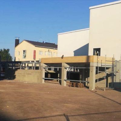 Rakennustyömaa uimahallin pihalla. Betonipalkkeja.