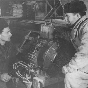 Neuvostoliittolaisia sähkötöissä pienessä tehtaassa