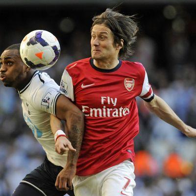 Tottenhamin Danny Rose kamppailee pallosta Arsenalin Tomas Rosisckyn kanssa