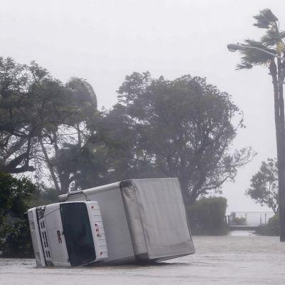 Irma hurrikaani kaatoi kuorma-auton Miamissa, Floridassa.