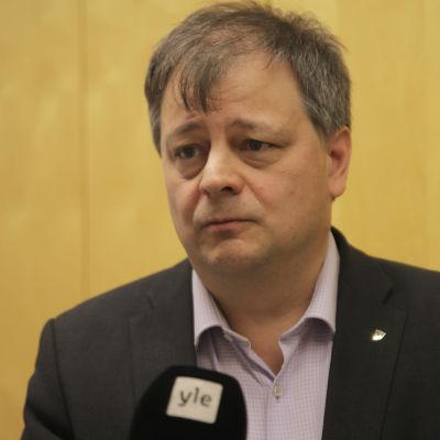 Puolangan pormestari Harri Peltola henkilökuvassa.