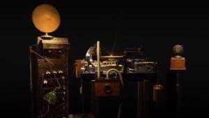 Western Electric Recording System eli 1920-luvun studiotekniikkaa. Kuva musiikkidokumentista American Epic.