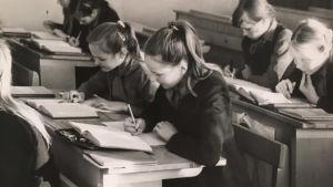 Kylli Kukk koulussa 1970-luvun neuvosto-Virossa.
