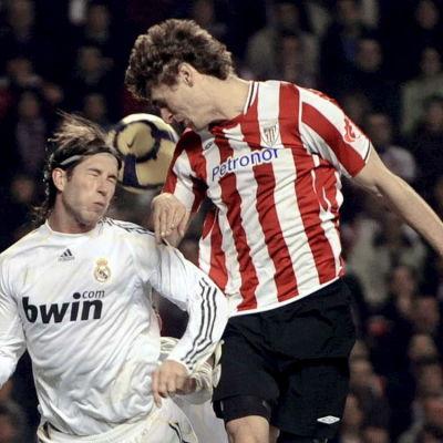 Sergio Ramos och Fernando Llorente i en duell i den spanska ligan.