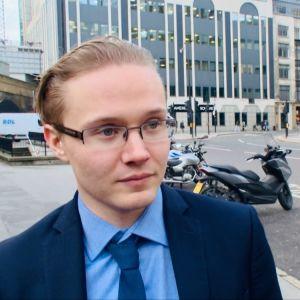 Bild på finlandssvenska Jockum Nyberg i London.