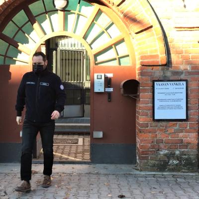 Vaasan vankilan johtaja Pekka Keskinen kävelee vankilan portista ulos