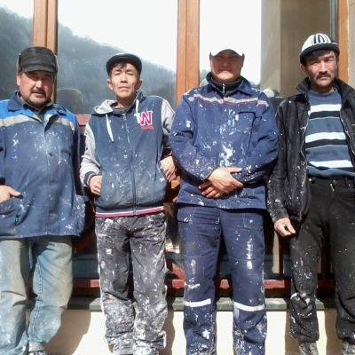 Bajram, Dzhuma, Alibek ja Rabil ovat rakennustöissä Krasnaja Poljanan hotelleilla.