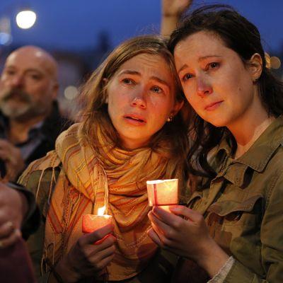 Pariskunta suremassa joukkosurman uhreja San Franciscossa 12. kesäkuuta.